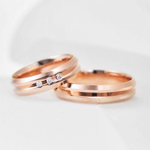 Raudono aukso vestuviniai žiedai su grioveriu ir briliantais