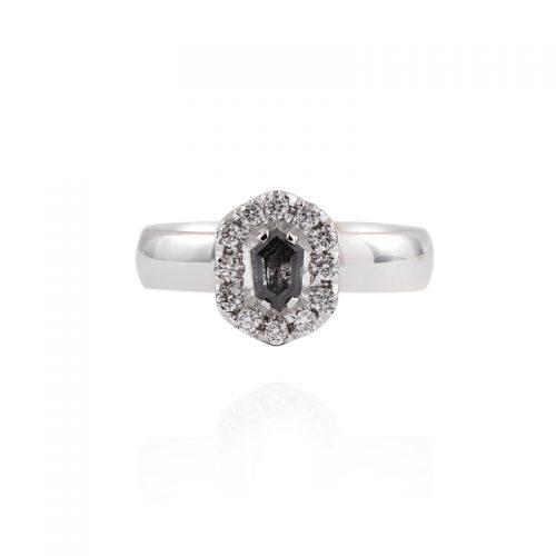 Auksinis žiedas su salt and pepper deimantu