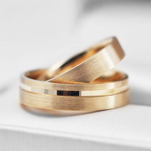 Geltono aukso vestuviniai žiedai graviruota juostele