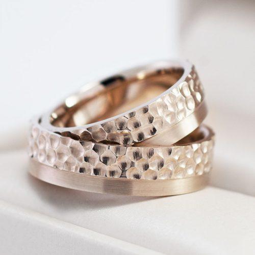 Auksiniai vestuviniai žiedai gilia faktūra